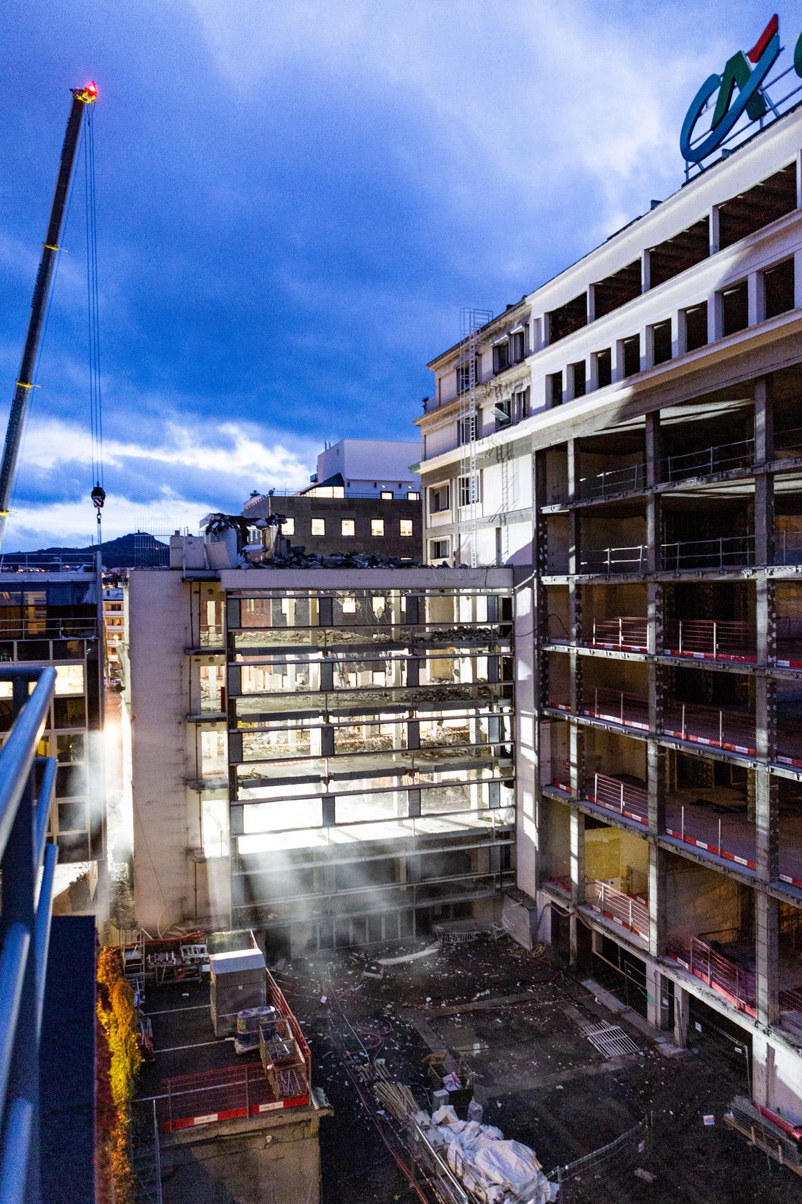 Réhabilitation lourde du siège sociale du Crédit Agricole Centre France à Clermont-Ferrand, labélisé BREEAM EXCELLENT, réalisé par le pôle Tertiaire de l'agence d'architecture SOHO ATLAS IN FINE LYON. Photo de chantier, vue sur la cour intérieure.