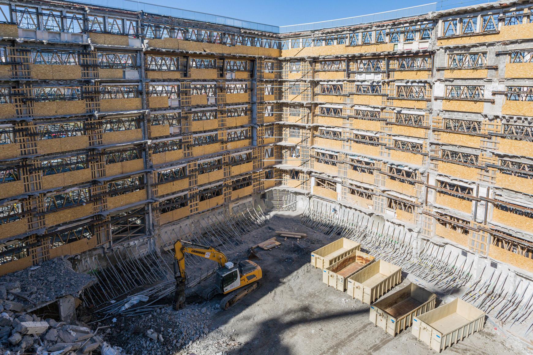 Réhabilitation lourde du siège sociale du Crédit Agricole Centre France à Clermont-Ferrand, labélisé BREEAM EXCELLENT, réalisé par le pôle Tertiaire de l'agence d'architecture SOHO ATLAS IN FINE LYON. Photo de chantier, autre vue sur la cour intérieure.