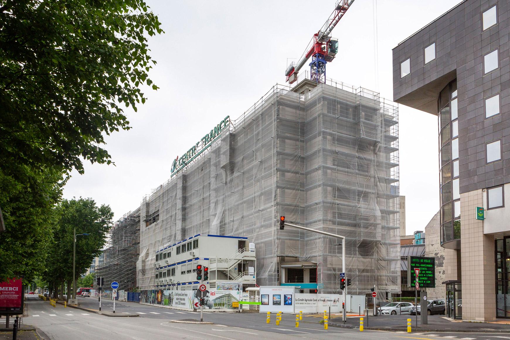 Réhabilitation lourde du siège sociale du Crédit Agricole Centre France à Clermont-Ferrand, labélisé BREEAM EXCELLENT, réalisé par le pôle Tertiaire de l'agence d'architecture SOHO ATLAS IN FINE LYON. Photo de chantier, préparation de la reprise de la façade.