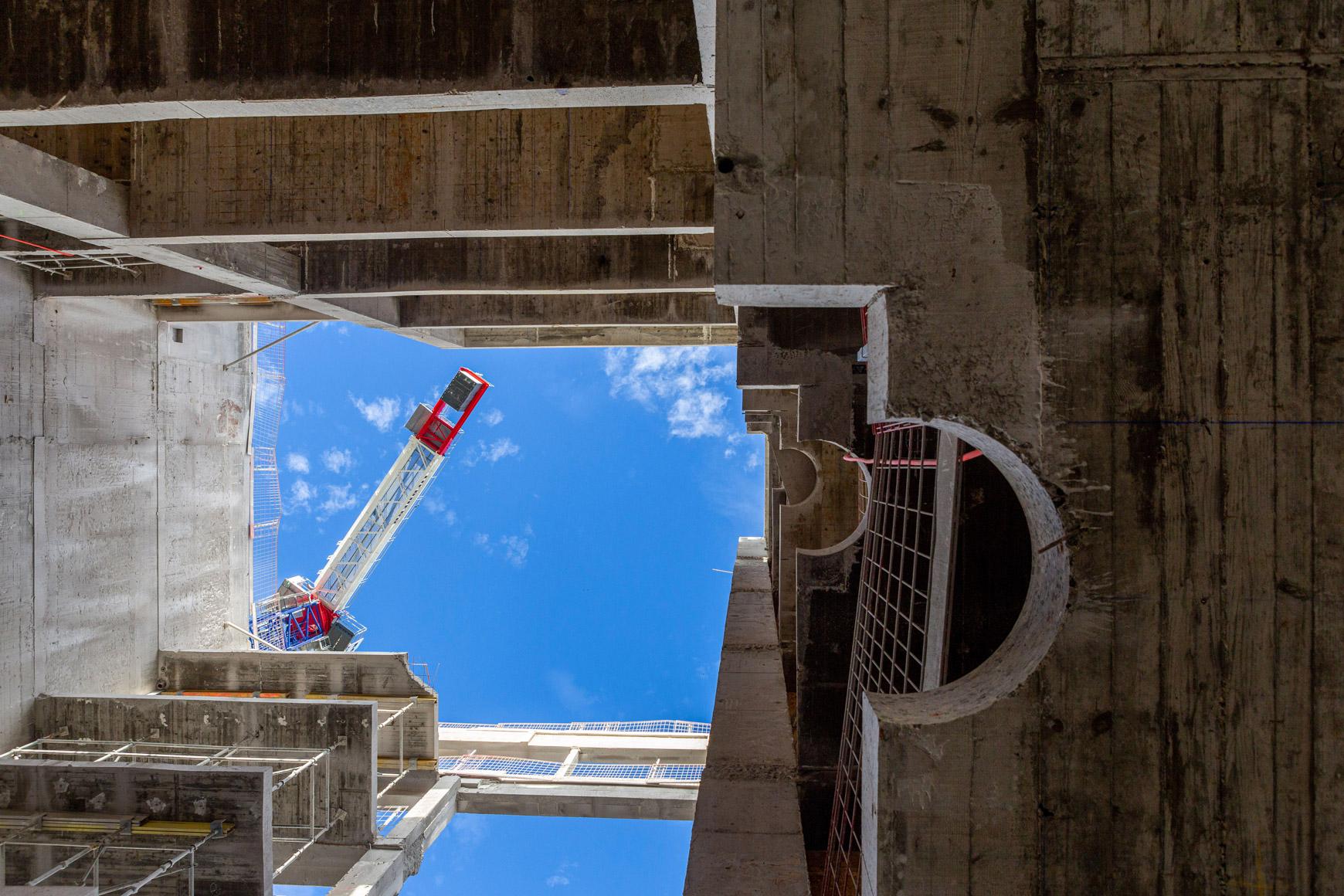 Réhabilitation lourde du siège sociale du Crédit Agricole Centre France à Clermont-Ferrand, labélisé BREEAM EXCELLENT, réalisé par le pôle Tertiaire de l'agence d'architecture SOHO ATLAS IN FINE LYON. Photo de chantier, vue à contre plongée.