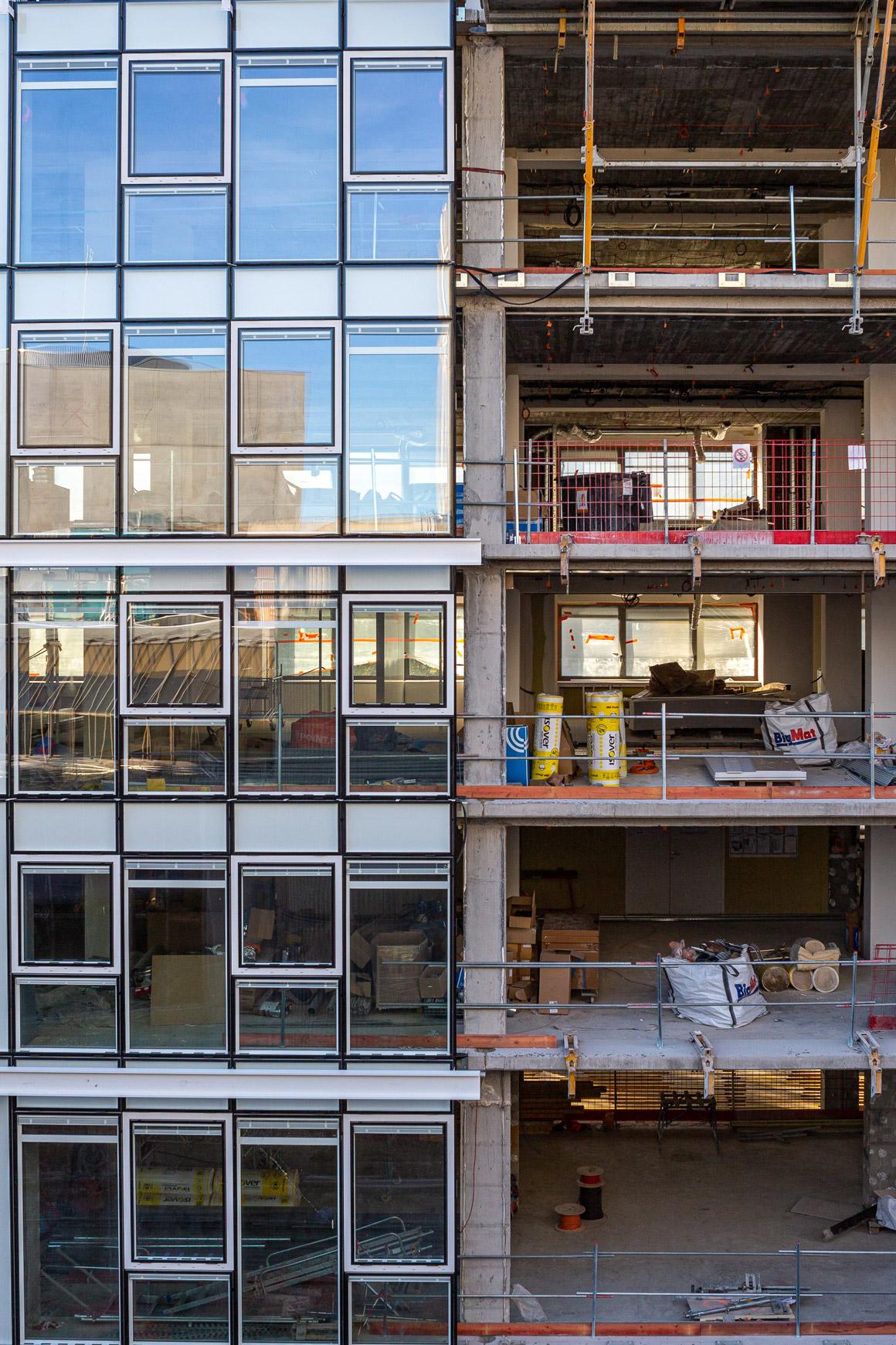 Réhabilitation lourde du siège sociale du Crédit Agricole Centre France à Clermont-Ferrand, labélisé BREEAM EXCELLENT, réalisé par le pôle Tertiaire de l'agence d'architecture SOHO ATLAS IN FINE LYON. Photo de chantier, vue sur la façade intérieure.